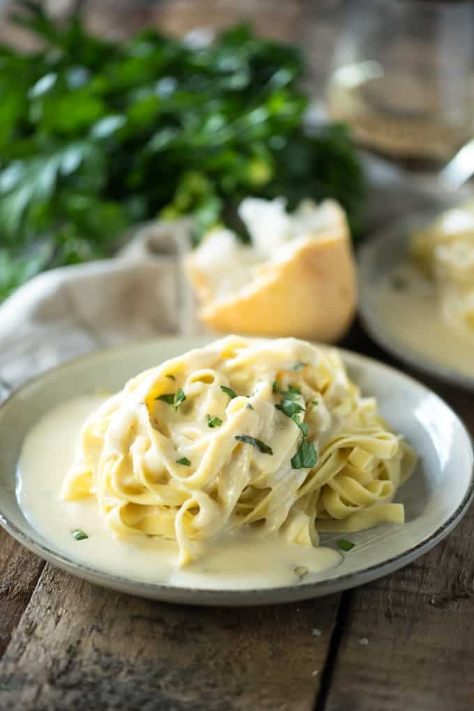 Copycat Copycat Olive Garden Alfredo Sauce- an at home version of everyone's favorite breadstick dipping sauce | @gogogogourmet