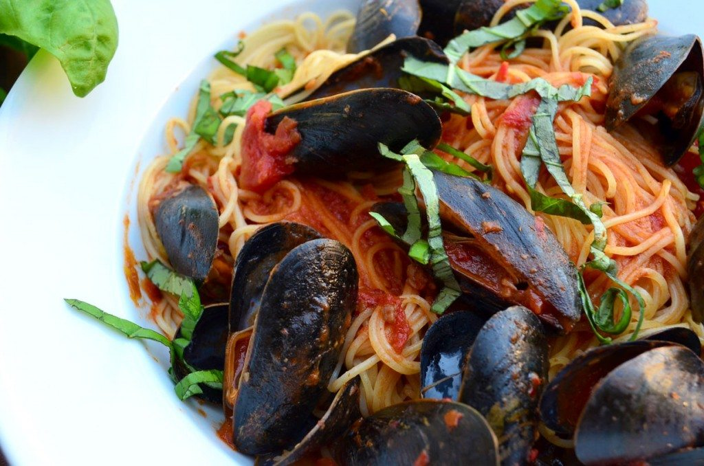 Quick and Easy Mussels Marinara | @gogogogourmet