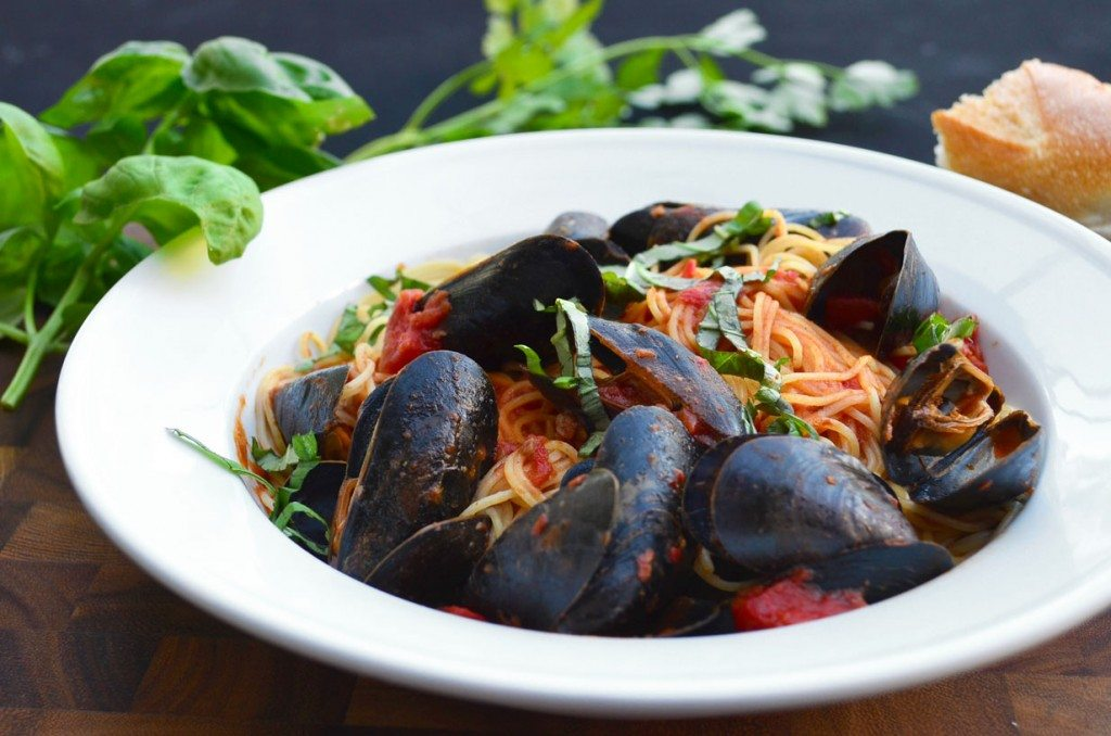 Mussels Marinara- a spicy pasta sauce with mussels and angel hair pasta | @gogogogourmet