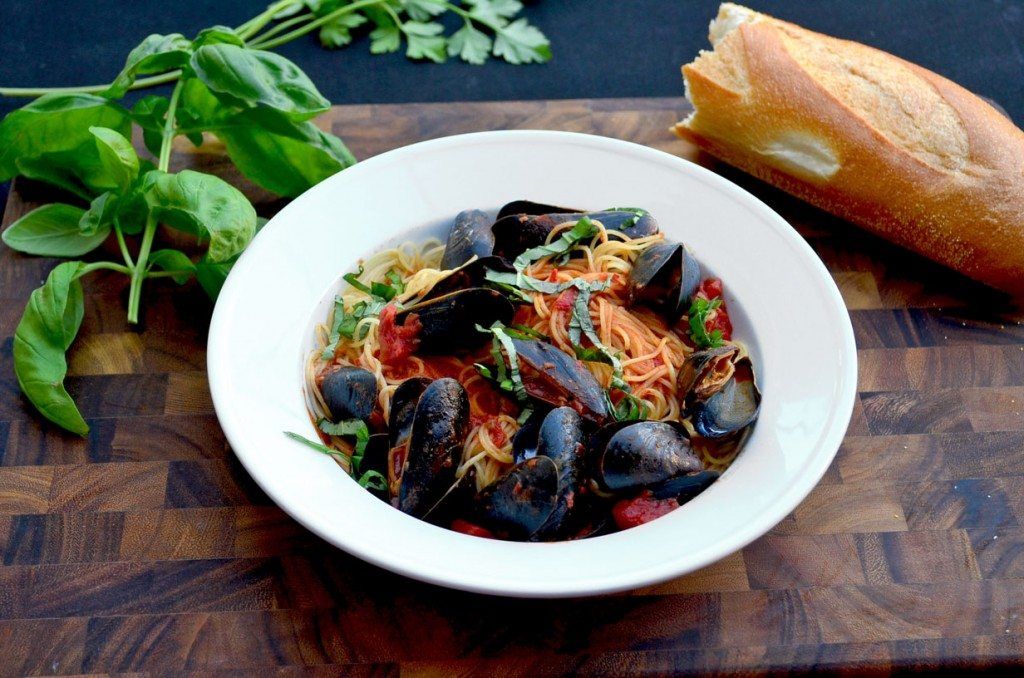 Mussels Marinara- a spicy pasta sauce with mussels | @gogogogourmet