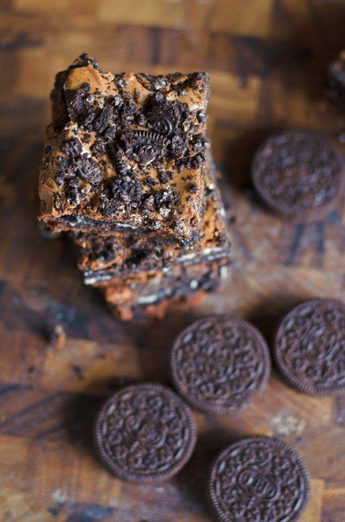 This Oreo Brownies recipe is totally out of this world! Just a few pantry ingredients for a fudge brownie stuffed with Oreos- or use a box mix! | @gogogogourmet