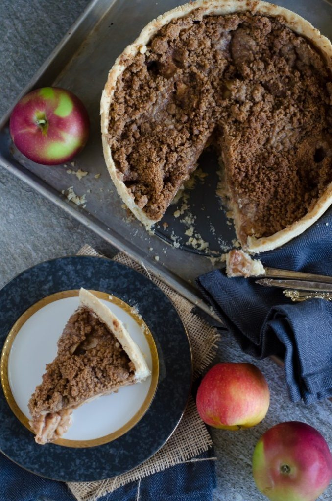 Packed with tons of apples and spices, this Deep Dish Dutch Apple Pie is a true winner for fall! | Go Go Go Gourmet @gogogogourmet