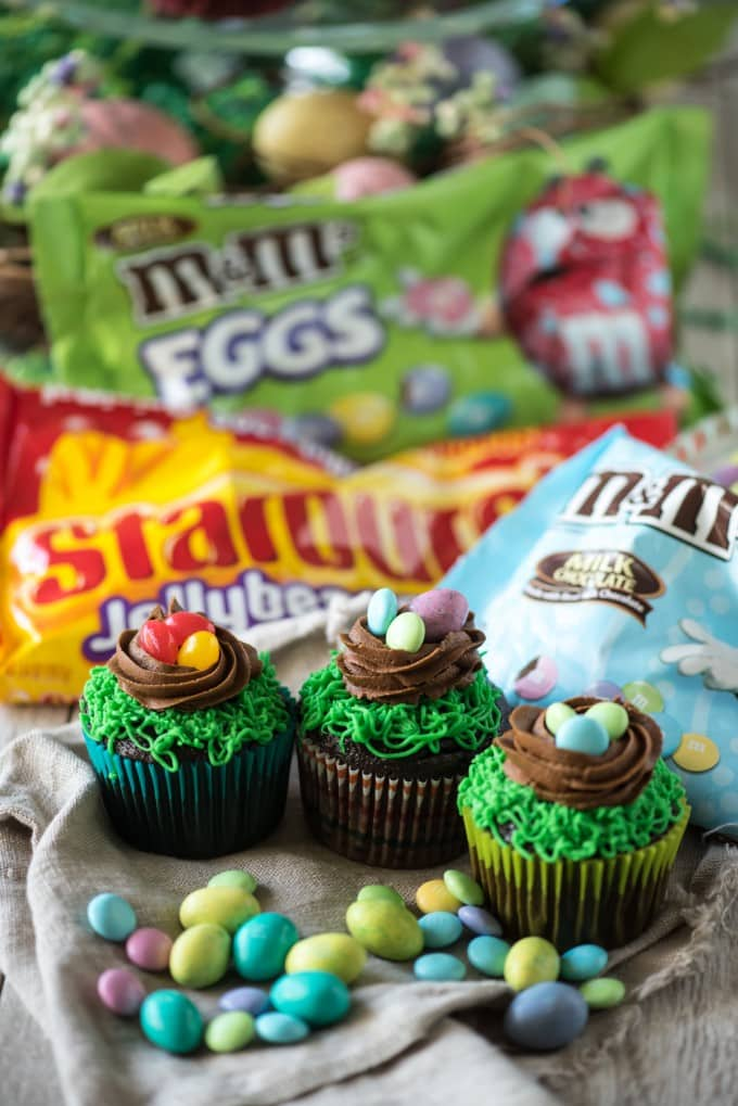 These Easter Birds Nest Cupcakes are an adorable and easy dessert to make for your Easter egg hunts! Two quick decorating maneuvers and some Easter candy are all that it takes! | @gogogogourmet