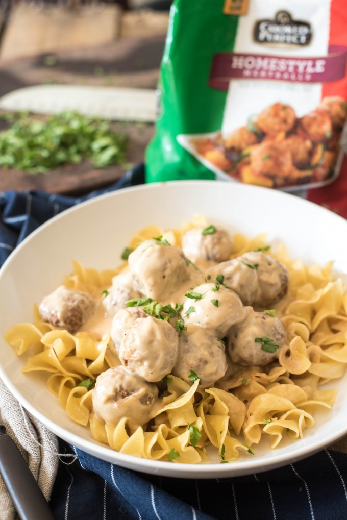 These Slow Cooker Swedish Meatballs are the perfect back-to-school dinner that everyone will love.Only six ingredients in this fast and easy meal! | @gogogogourmet