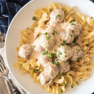These Slow Cooker Swedish Meatballs are the perfect back-to-school dinner that everyone will love. Only six ingredients in this fast and easy meal! | @gogogogourmet