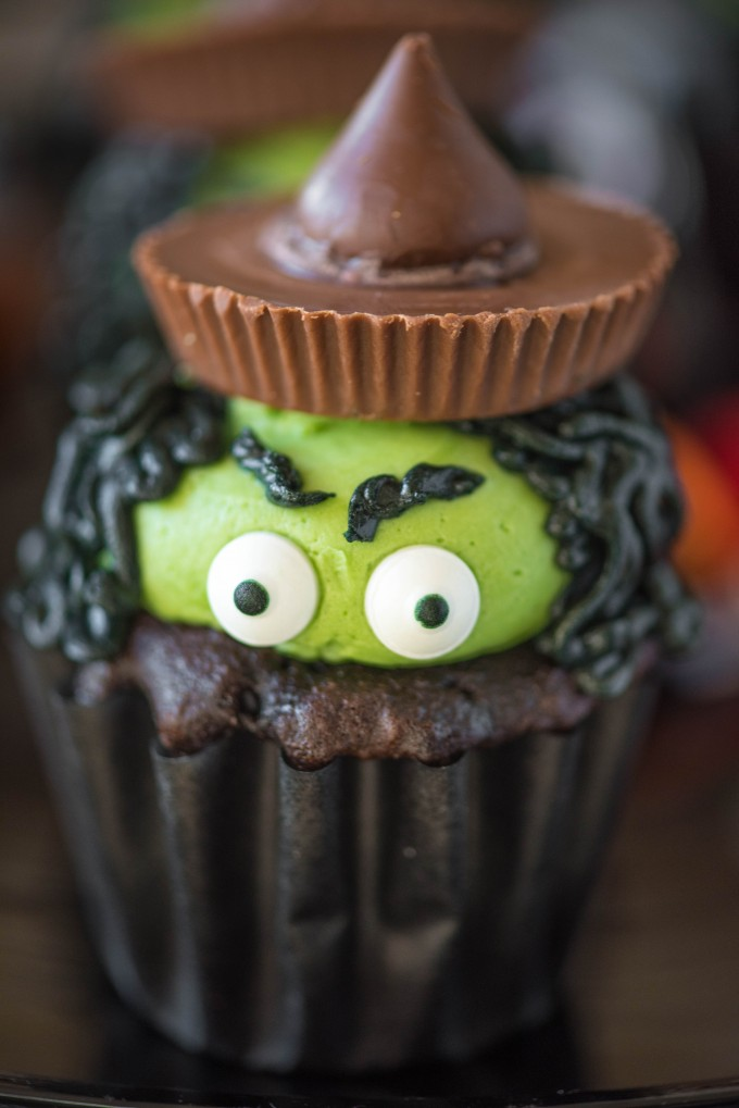 Halloween Cupcake Ideas- Witch Hat Cupcakes | @gogogogourmet