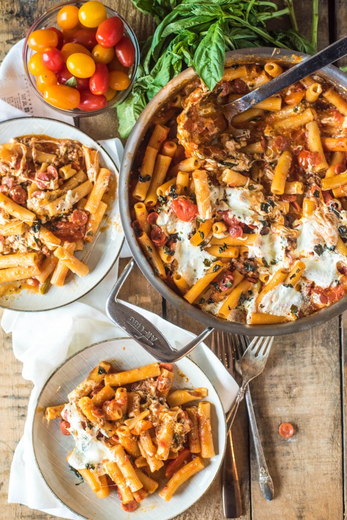 This Pizza Casserole recipe is loaded with everything that you love about pizza! Italian herbs, sausage, pepperoni and fresh mozzarella are baked with fresh mozzarella for an amazingly fast dinner. | @gogogogourmet