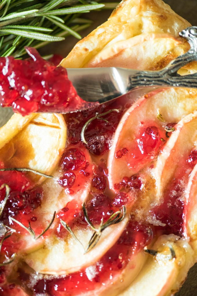 Red Currant Apple Brie Puff Pastry Tarts are the perfect appetizer for Thanksgiving! | @gogogogourmet